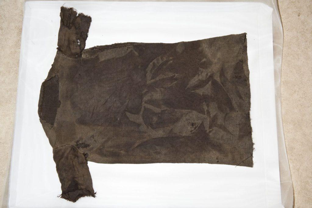 Bekledning - jernalderkjortelen på Lendbreen etter konservering